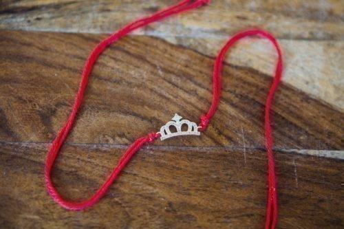 Красная нить с украшением