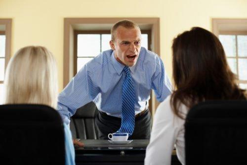 Начальник кричит на подчиненных
