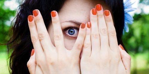 Девушка прячется от сглаза
