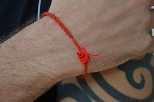 Красная нить на левом запястье: как правильно завязать, что означает