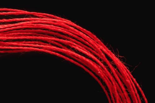 Красная шерстяная нить