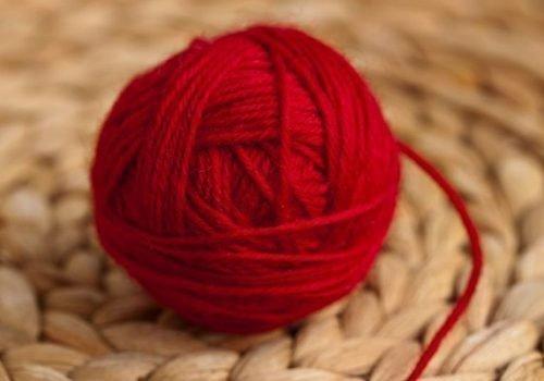 Красный клубок для отворота