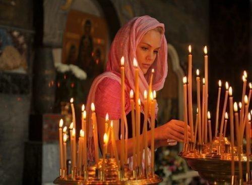 Читать молитву от проклятий следует в спокойном и умиротворенном месте, можно в церкви
