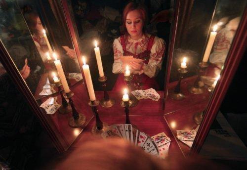 Женщина у зеркала со свечами