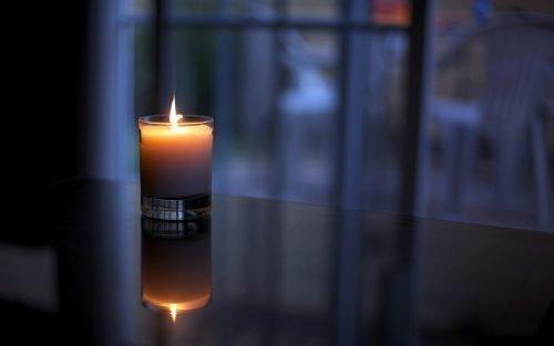 Горящая свеча на столе