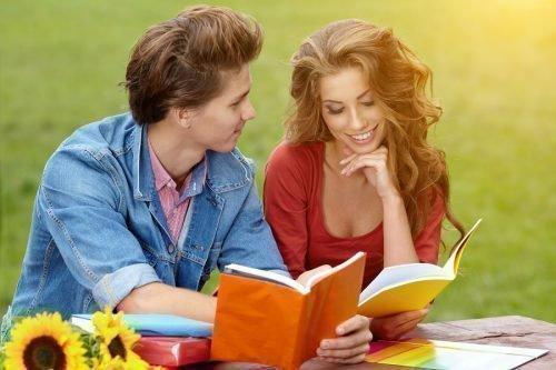 Парень и девушка читают книги