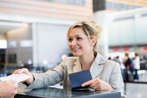 Женщина берет билет