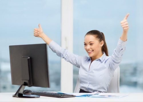 Женщина на работе радуется