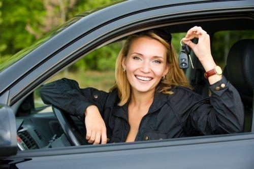Женщина держит ключи от машины
