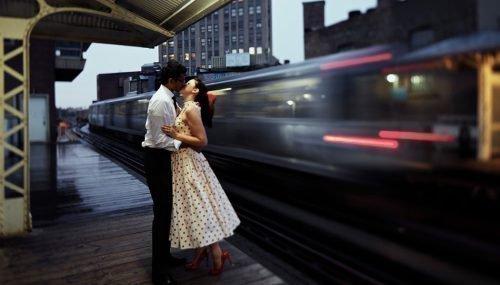 Влюбленная пара на вокзале