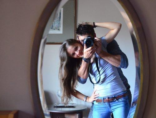 Пара перед зеркалом