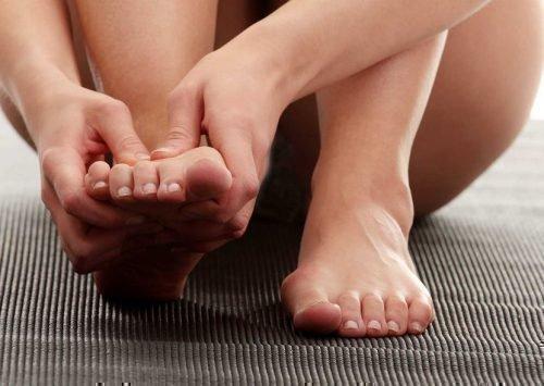 к чему правая ступня чешется