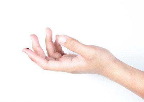 примета уколоть палец иголкой