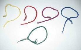Значение цвета нитей, украшающих запястье современной молодежи, политиков и алигархов