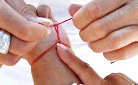 Красная нить на запястье. Как правильно ее завязать и какую молитву читать