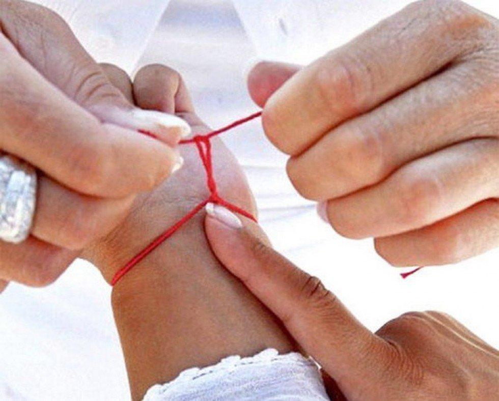 Как правильно завязывать красную нить на запястье на руку