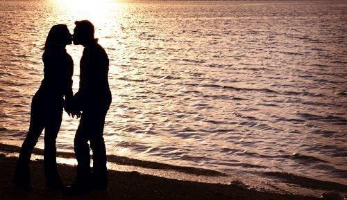 Влюбленная пара у воды