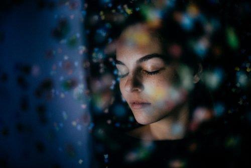 Девушка с закрытыми глазами