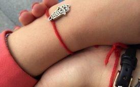 Какой цвет ниток завязывают на запястье руки