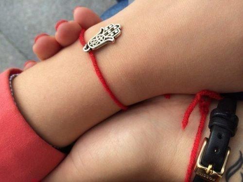 Красная нить на руке