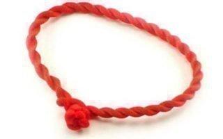 Зачем носить красную нить на запястье?