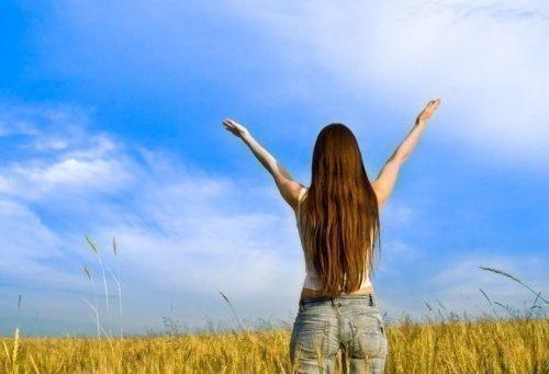 Девушка стоит в поле