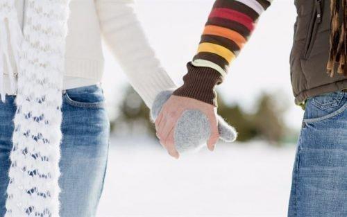 Влюбленная пара держится за руки