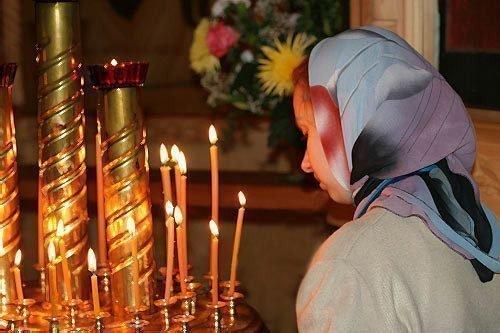 Девушка стоит в церкви