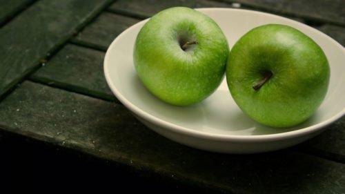 Яблоки на тарелке для обряда