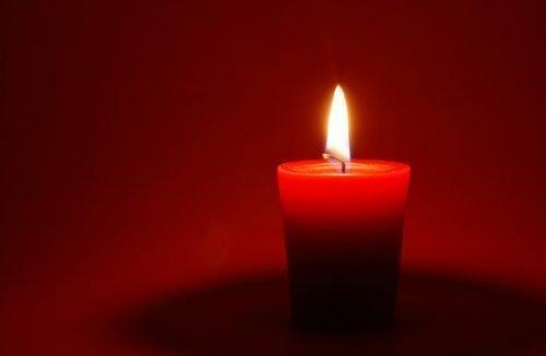 Красная ароматическая свеча