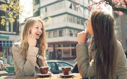 Подруги в кафе
