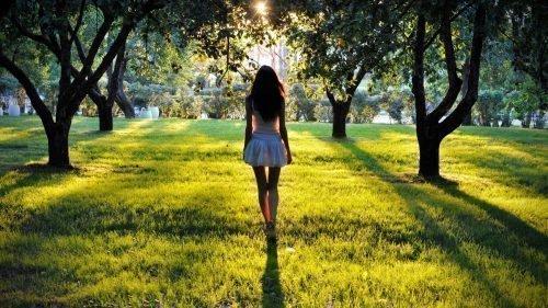 Девушка среди деревьев в парке