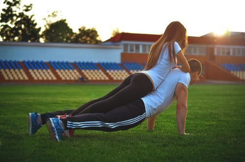 Женщина занимается спортом с мужчиной