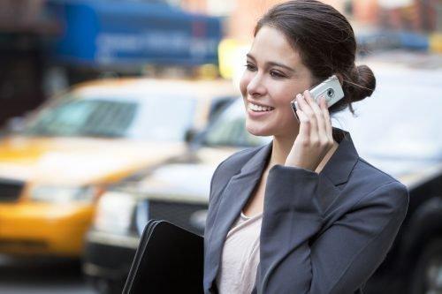 Женщина звонит по мобильному