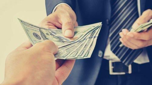 Человек получает деньги