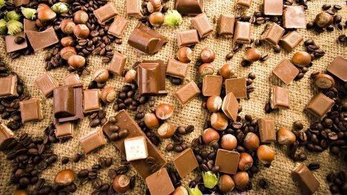 Рассыпанные орехи на столе