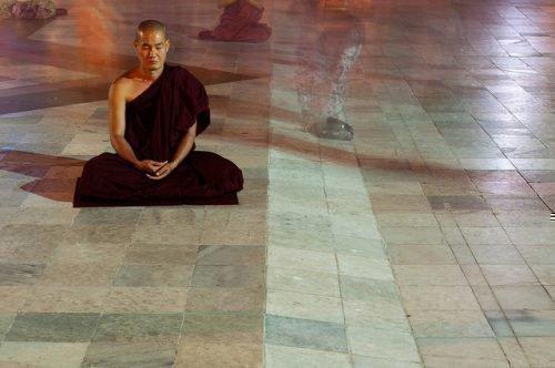Буддийский монах медитирует