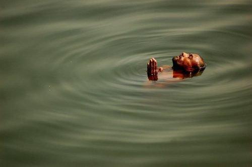 Человек плывет