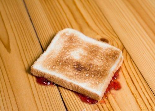 Хлеб упал на пол