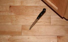 К чему падает нож на пол