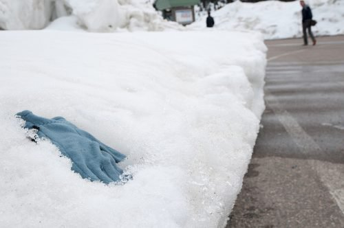 Перчатка в снегу