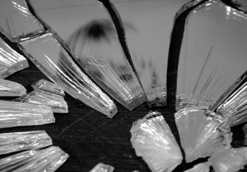 Ребенок разбил зеркало