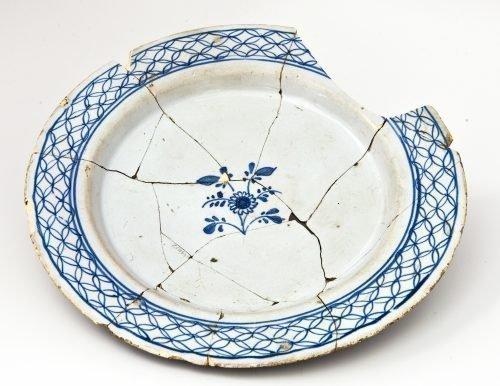 Треснувшая тарелка
