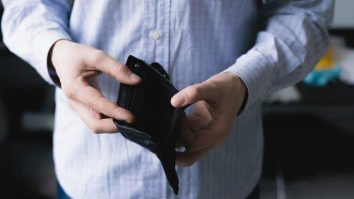 Мужчина держит кошелек